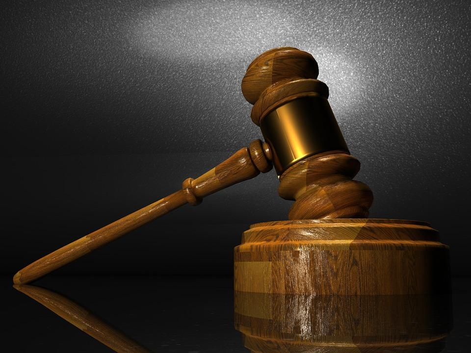 ВТюмени двоих полицейских осудили завымогательство взяток у собственников спа-салонов