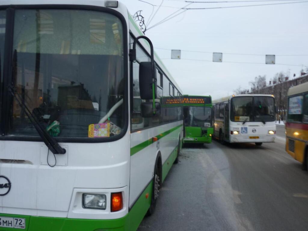 ВТюмени пенсионерка погибла, выпав изрейсового автобуса
