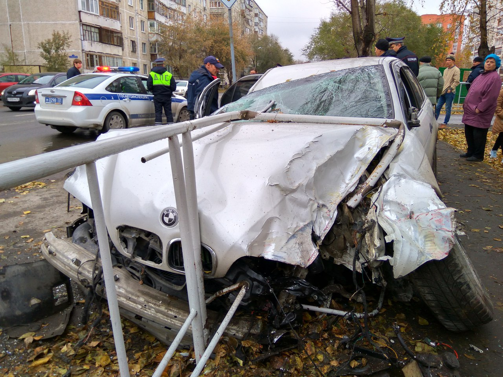 Нетрезвый шофёр БМВ снес дорожное ограждение вжестком ДТП вТюмени