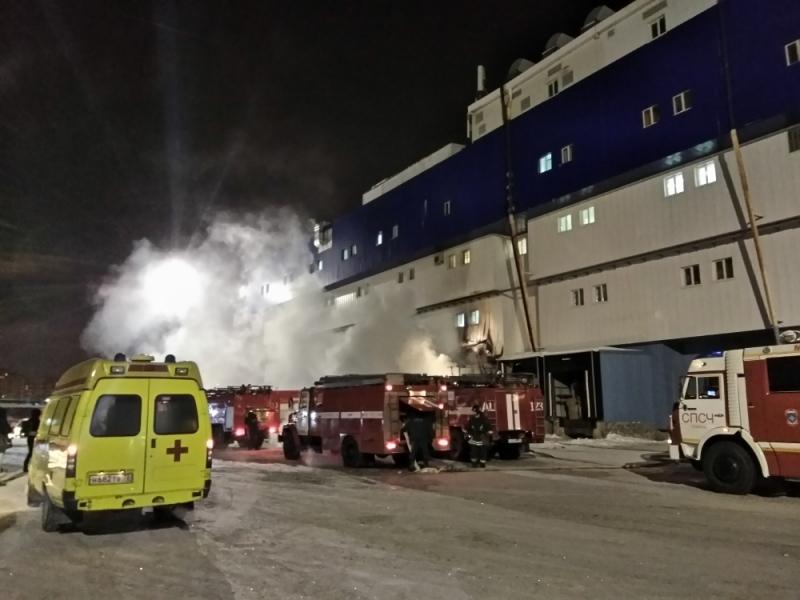 Вкрупном коммерческом центре Тюмени вспыхнул пожар