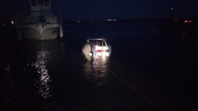 Cотрудники экстренных служб достали изИртыша утонувшую машину