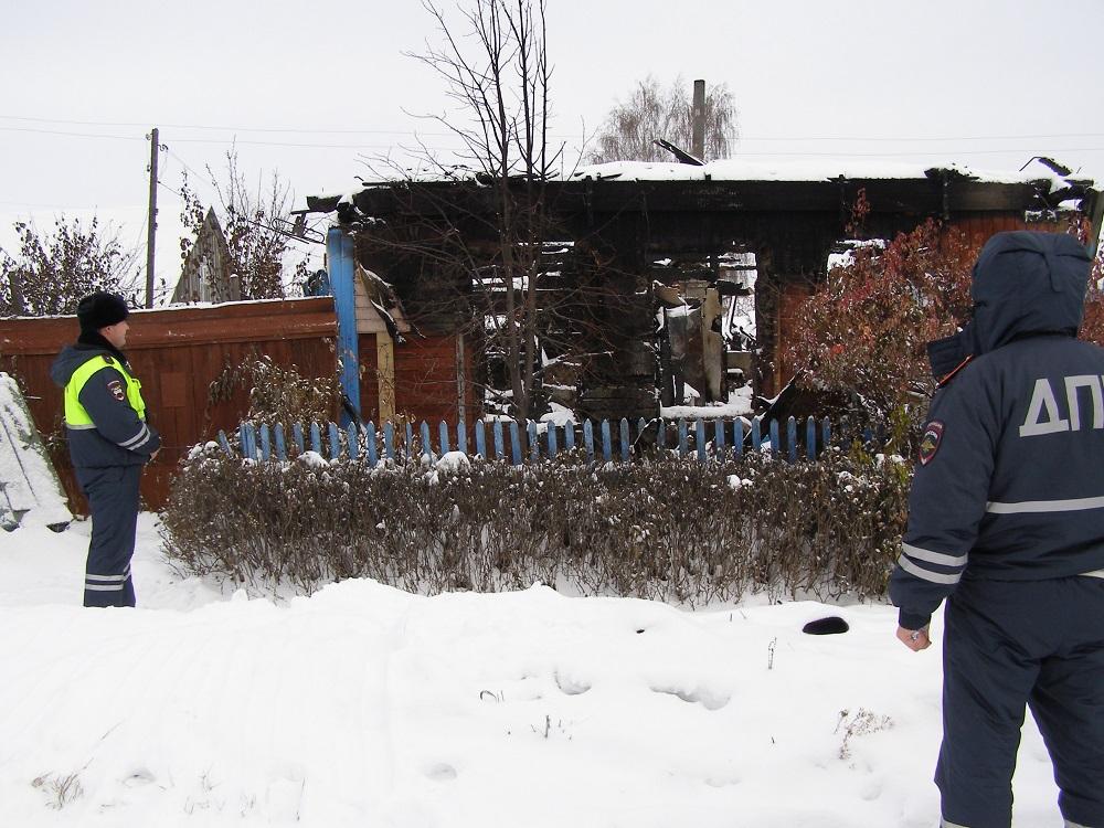 Полицейские Ишима вынесли бабушку изгорящего дома