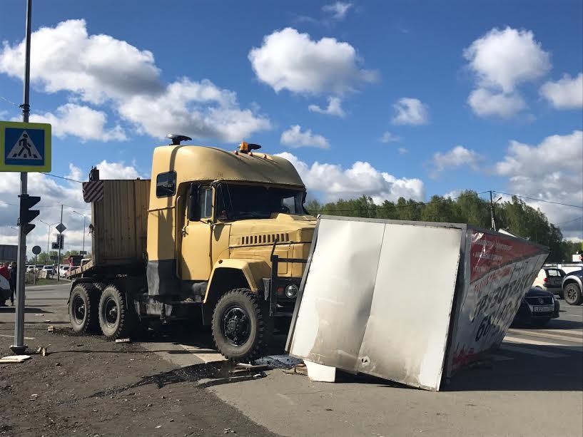 ВТюмени столкнулись два грузового автомобиля, отудара «Газель» улетела встоящую иномарку
