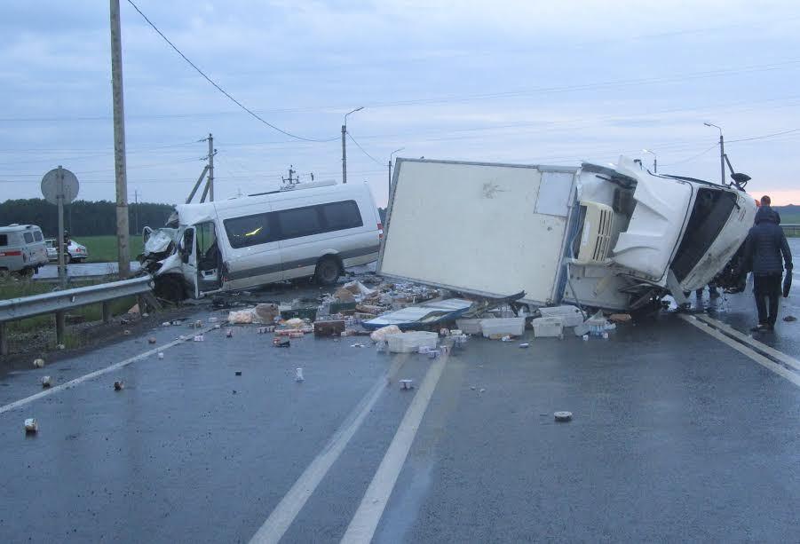 ВТюменской области вДТП смикроавтобусом пострадали 11 человек