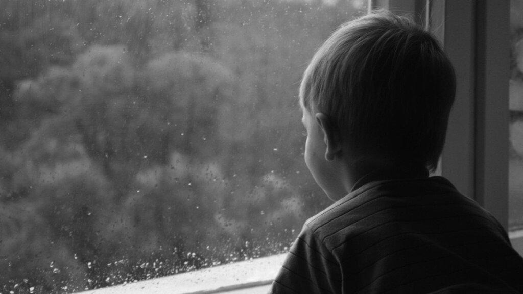 Упавший сдевятого этажа вТюмени ребенок находится вреанимации