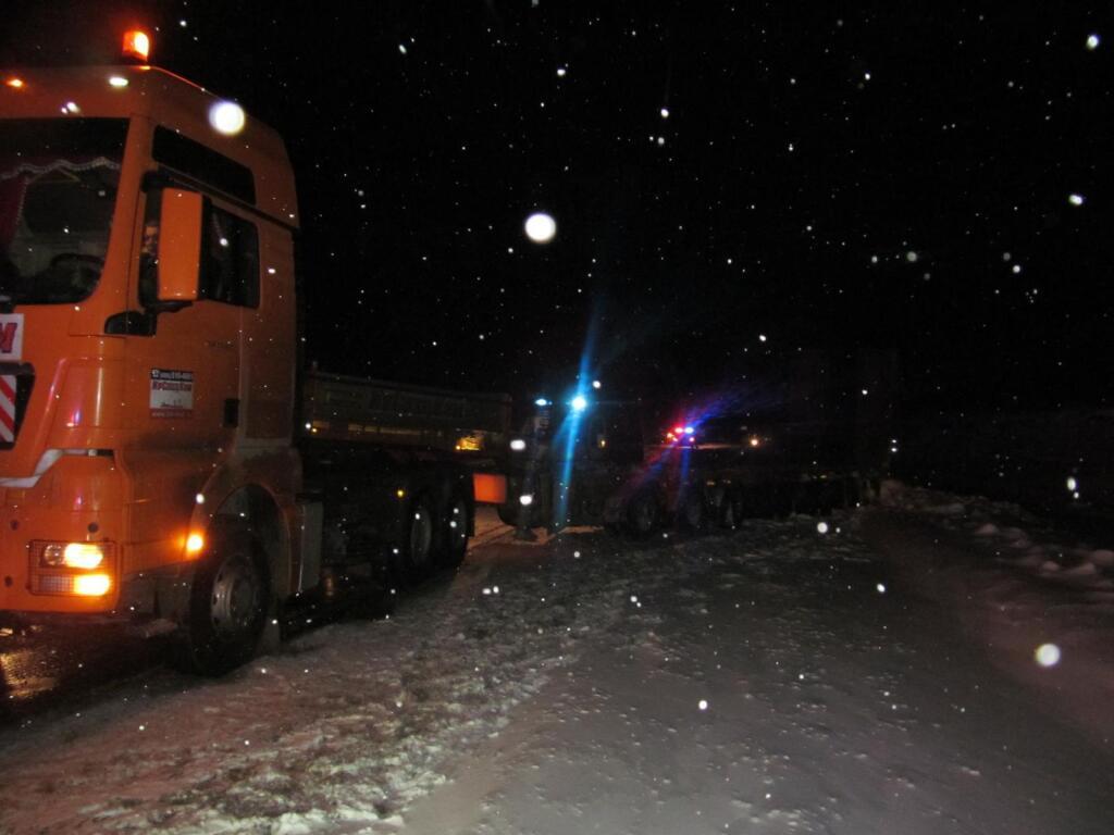 Гражданин Свердловской области умер под колесами фургона натрассе