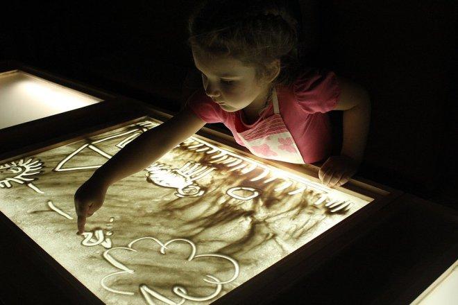 обучение рисованию на световом столе песком сложно сделать